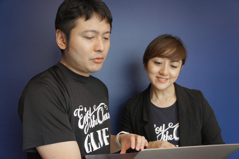 Typetalkを一緒に見ながら仕事をしている2人