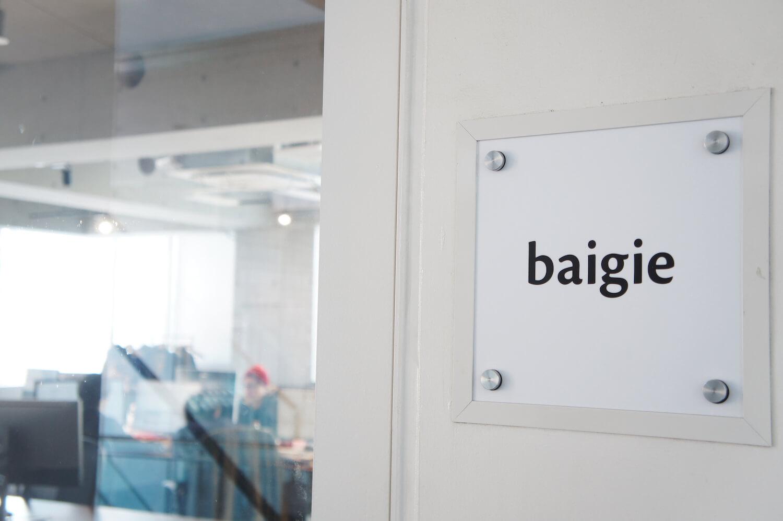 オフィスの入り口に飾られているベイジのロゴ